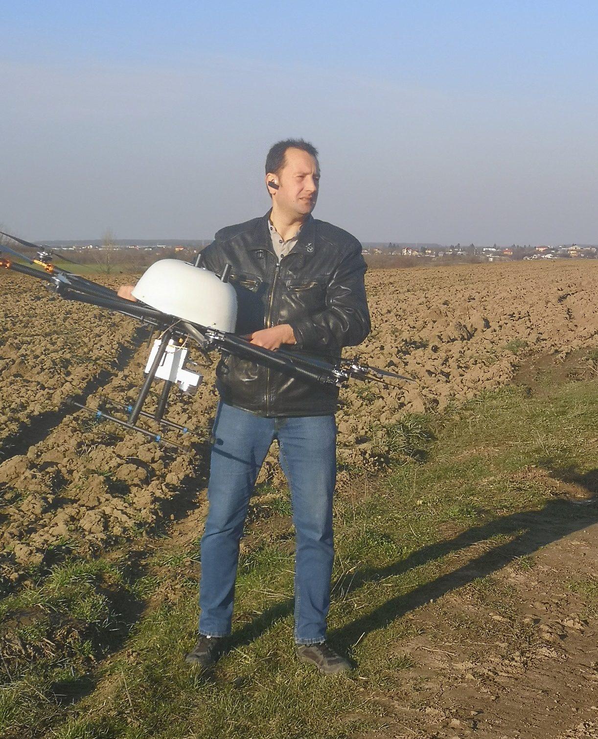 Dronehånd holdt av pilot